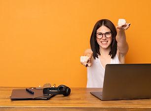 mulher-de-negocios-em-um-escritorio-apon