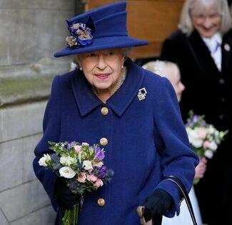 Aparece reina Isabel II usando bastón y no pasa desapercibido para nadie