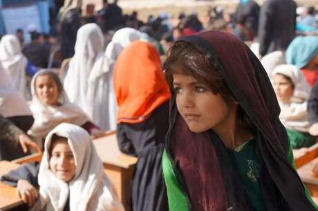 Talibán podría autorizar que niñas vayan a la secundaria