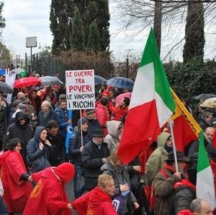 Italianos salen a manifestarse contra el fascismo