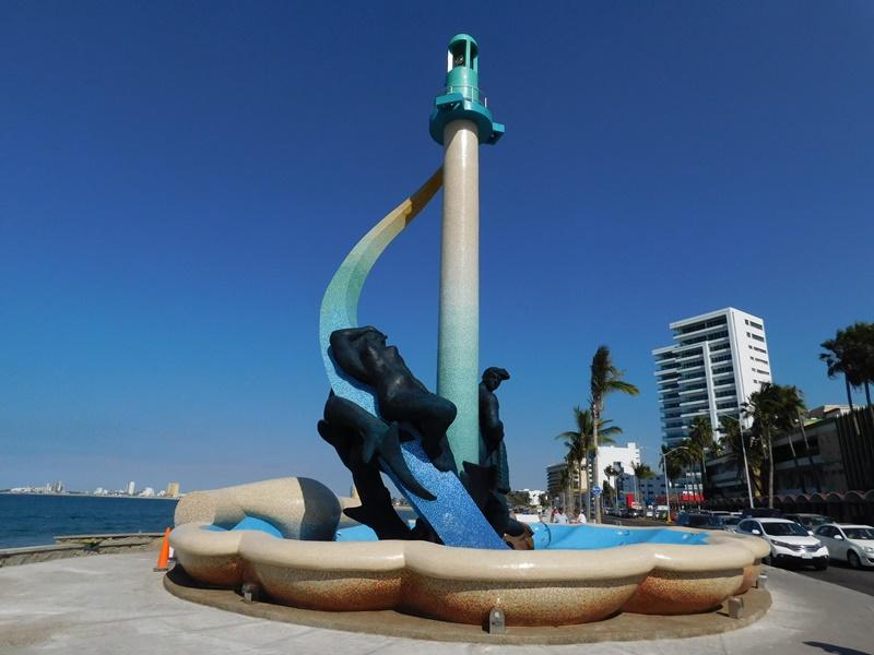 Resultado de imagen de salvavidas frente al monumento al pescador.
