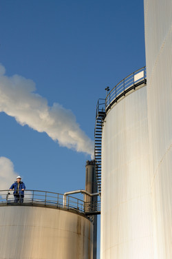 oil-and-gas-worker-and-storage-tanks_SYb9WICEs