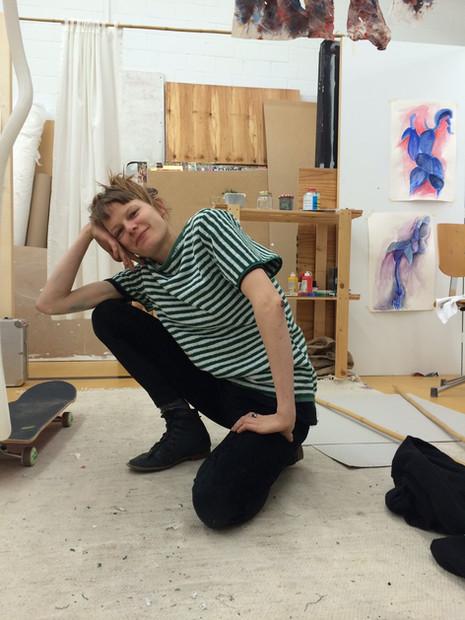 Jeanne mit Badetuch-Shirt