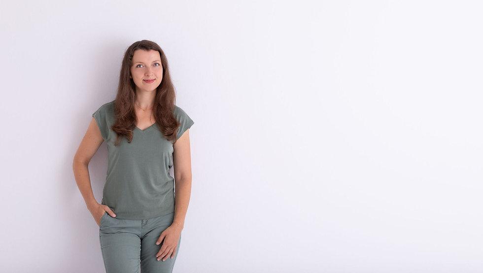 Lächelnde Frau vor einer Wand