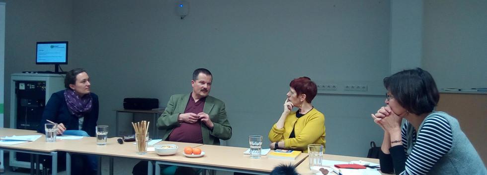Kur Majcen in der Diskussion mit den Teilnehmer*innen