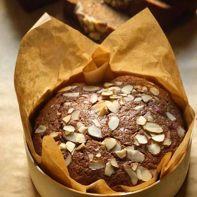 עוגת דבש-בר עם שקדים קלויים