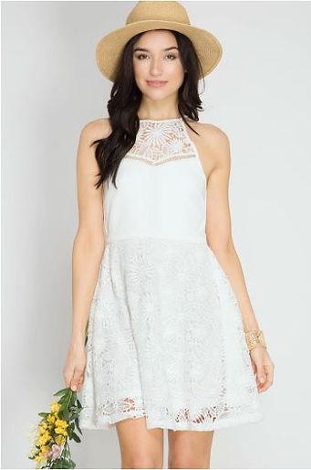 39efa43aedd1 Un vestido blanco es el emblema del verano. Puedes elegir uno con botones  al frente, escote cuadrado, sin mangas... las opciones son muchas.