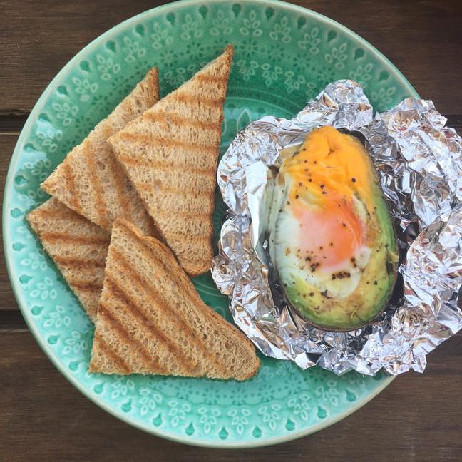 Palta rellena con huevo al horno