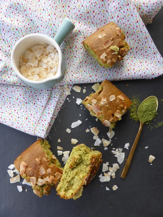 Cuadritos de té matcha y hojuelas de coco