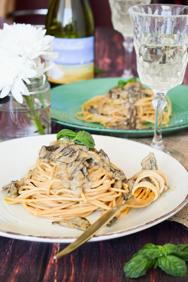 Pasta salteada con salsa de callampas secas y pesto