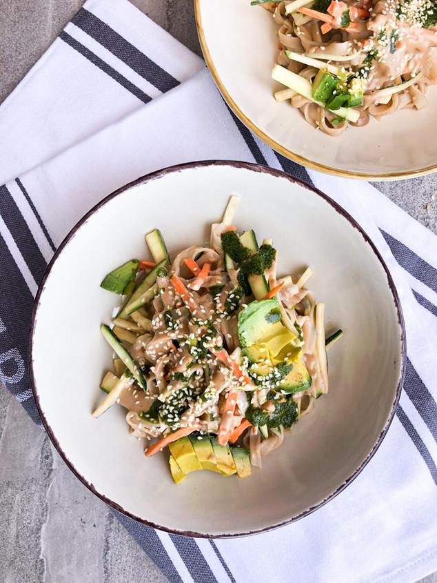 Fideos de arroz con verduras, salsa thai y aceite de cilantro