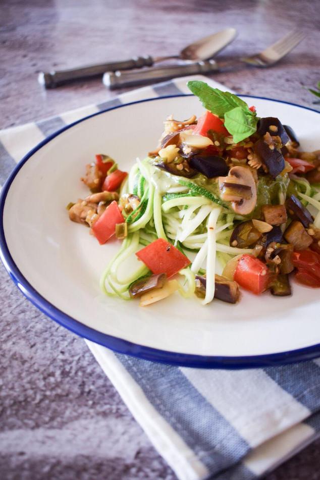 Ensalada tibia de zapallo italiano, verduras salteadas y pesto