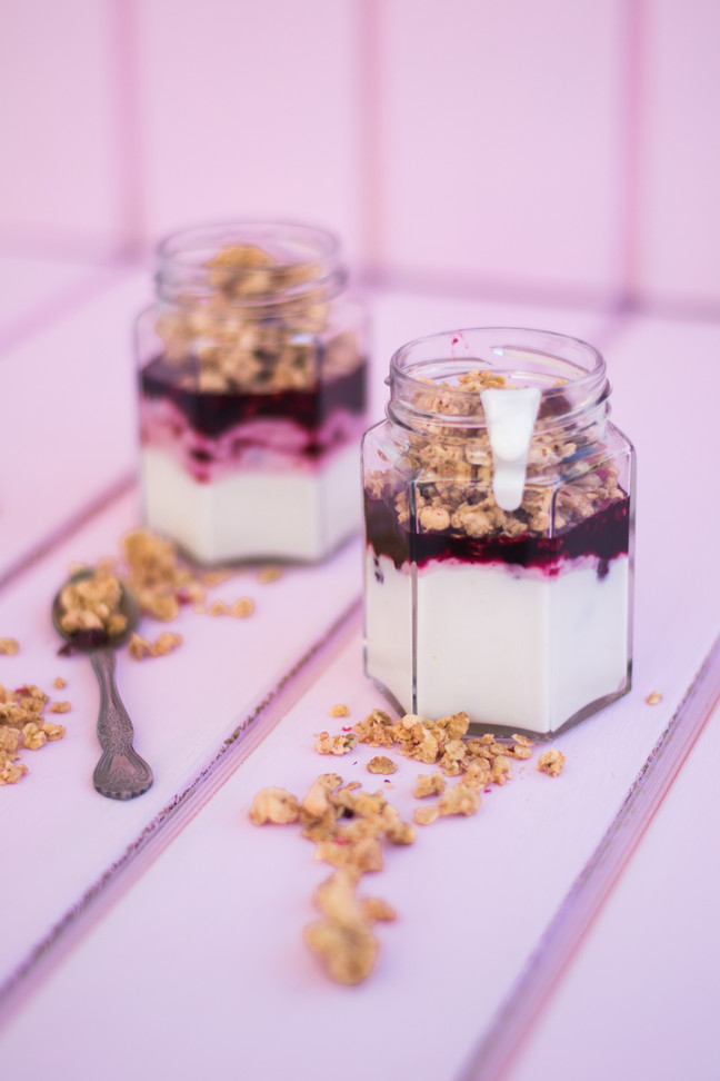 Yogurt con granola y salsa de berries