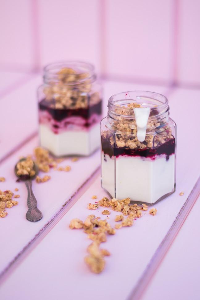 Yogurt con granola y salsa de berries