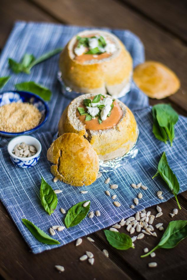 Pan de campo con crema de tomate y albahaca