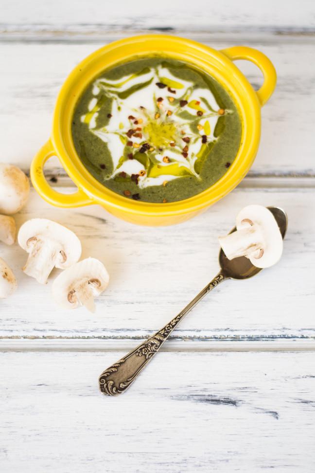 Sopa de espinacas, champiñones y crema acida
