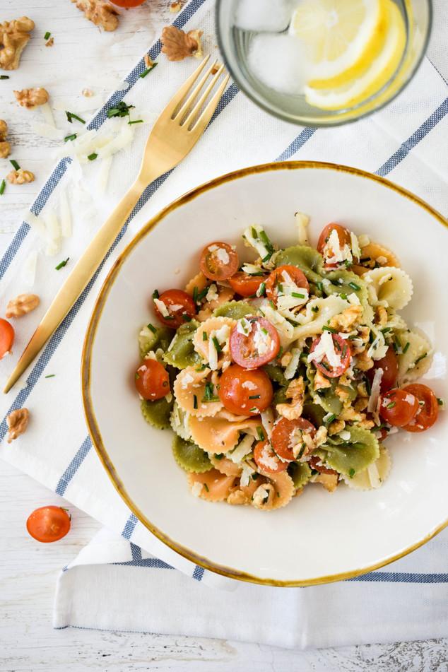 Ensalada de pasta, tomates cherry, queso de cabra y nueces