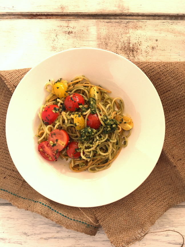 Spaghetti con pesto de albahaca y tomates cherry
