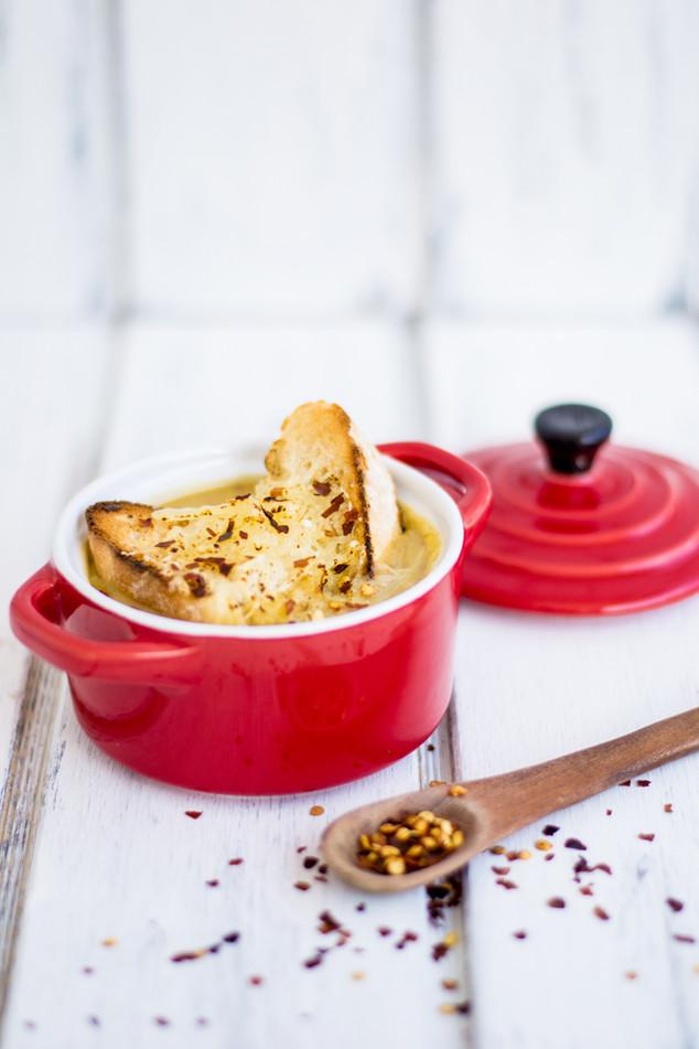 Sopa de verduras con crutones y queso