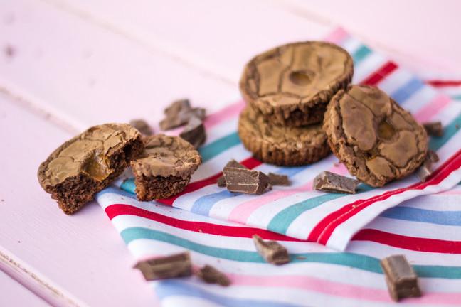 Mini brownies rellenos con manjar