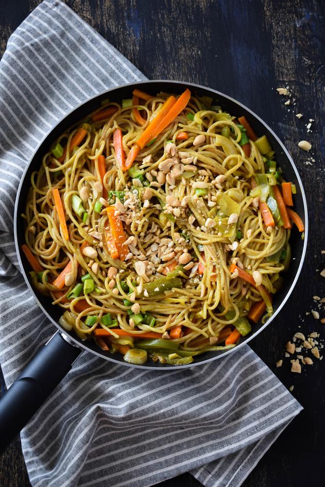 Pasta integral con verduras y salsa de coco curry