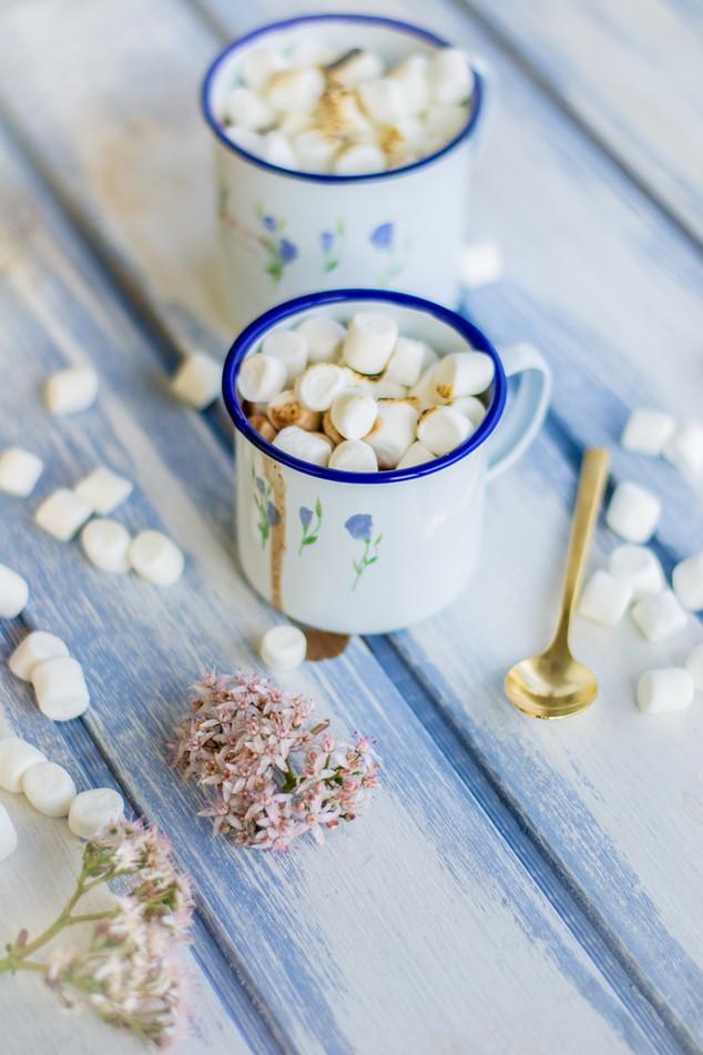 Chocolate caliente con marshmallows y canela
