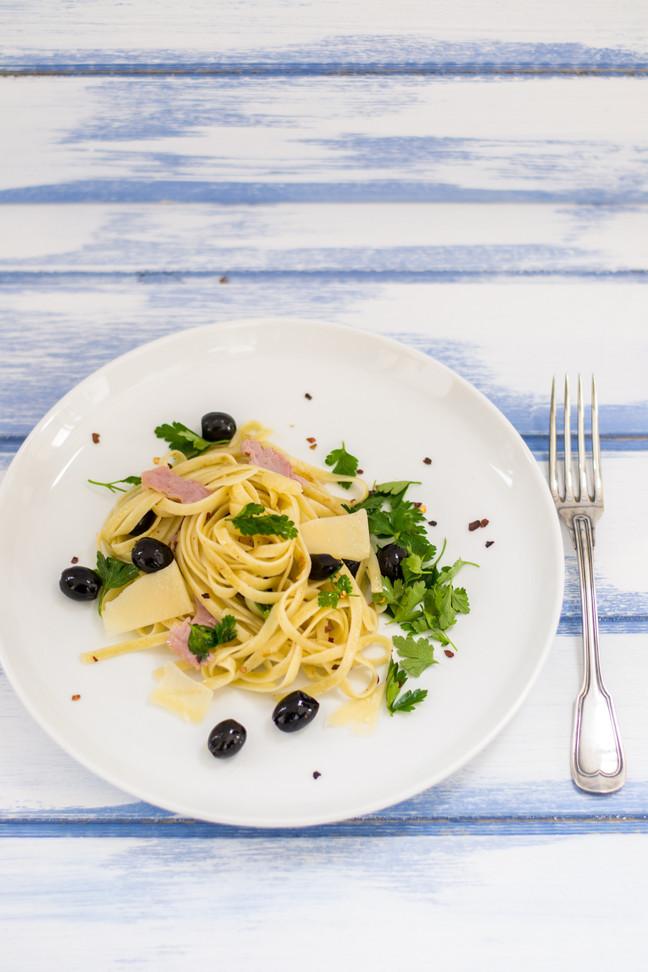Spaghetti con jamón serrano, aceitunas y perejil
