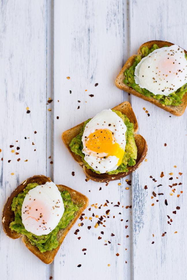 Tostadas con palta y huevo benedictino