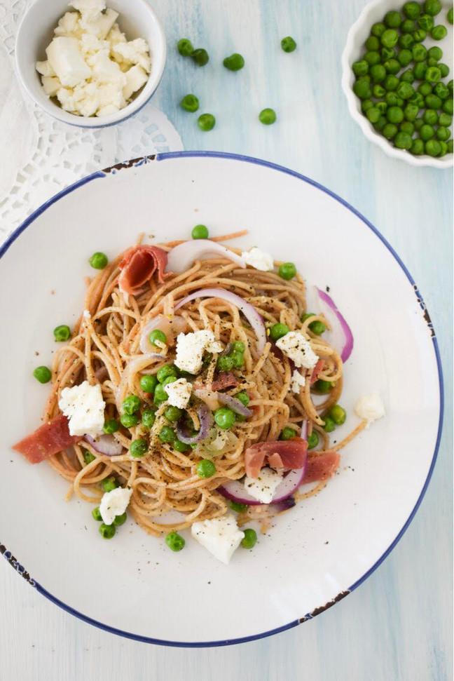 Spaghetti salteados con arvejas, jamón serrano y queso de cabra