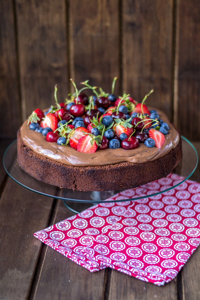 Torta de brownie, mousse de chocolate y berries