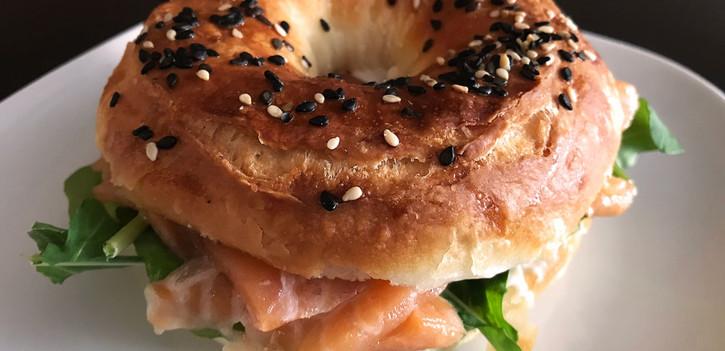 Sanduíche de Salmão em pão folheado da casa, com cream cheese (LEITE); opção (PARVE) consulte o garçom