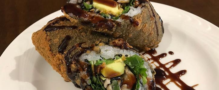 Poke Roll de salmão com abacate