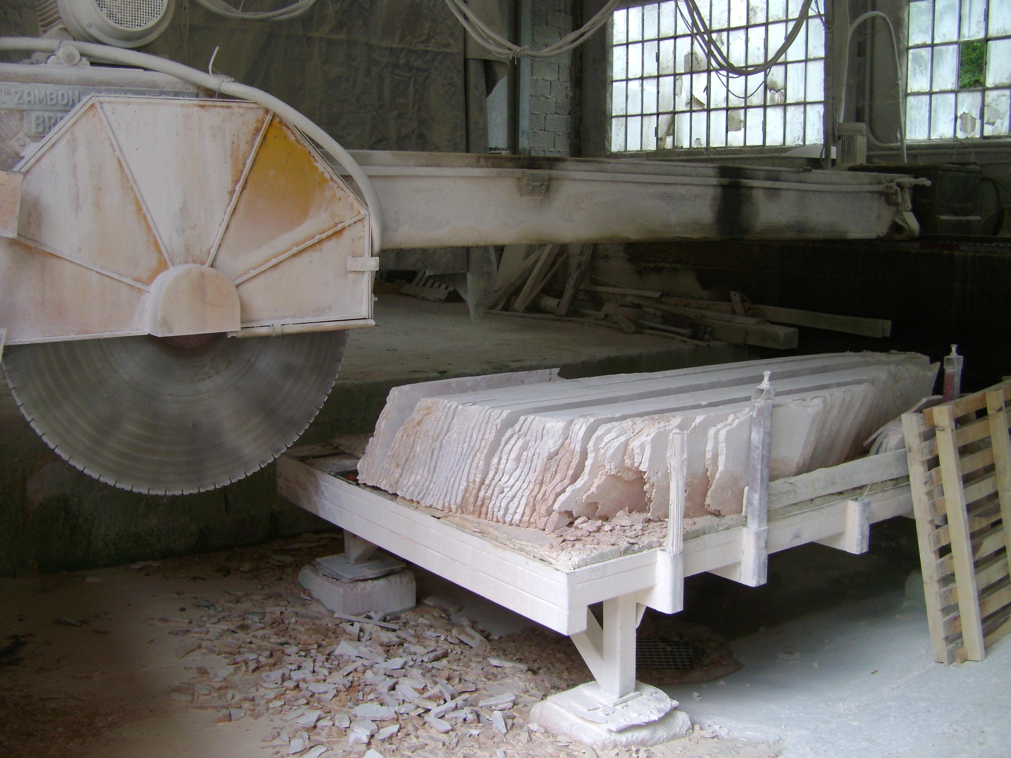 Sciage de marbre rose d'Italie