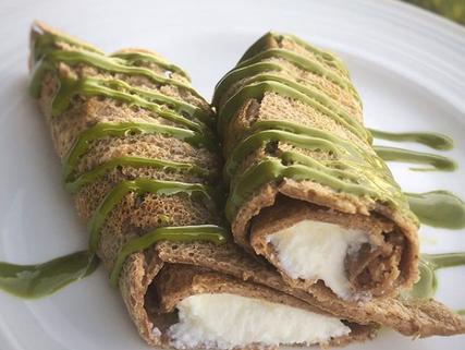 Crepas de cacao rellenas de ricotta con spread de matcha-sin azúcar.