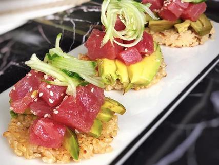 Sushi cake de atún