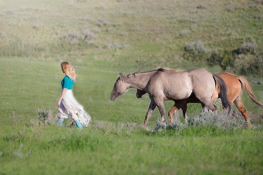 femme 2 chevaux.jpg