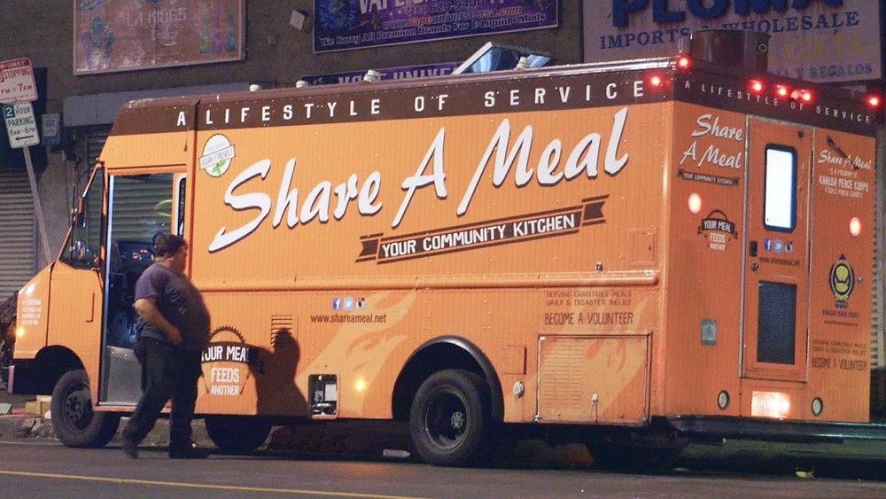 How food trucks attract customers - Food truck feeds the homeless