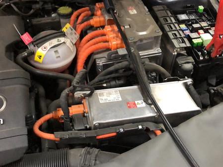 Замена блока управления зарядным устройством высоковольтной АКБ. Audi A3 E-tron 2017 года выпуска.