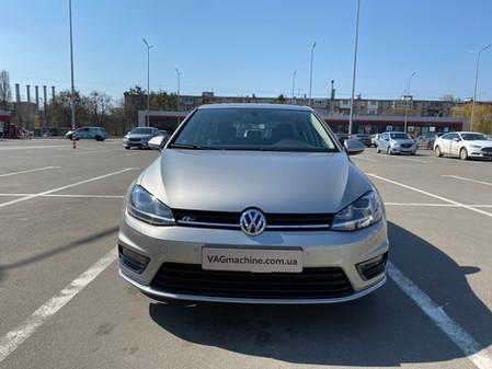 Экстерьер R-line, полные зеркала и блок парковочного ассистента с автоторможением. VW Golf 7 1.4TSI