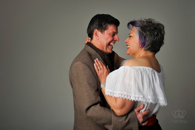 Laughing_couple_photo_in_studio_engageme