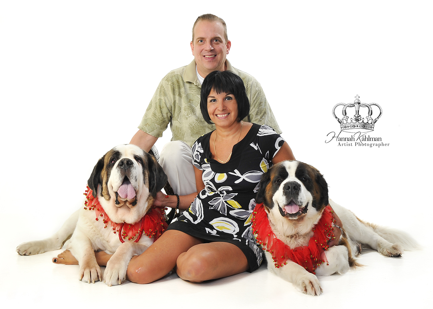 Family_photo_couple_with_dogs_in_studio_