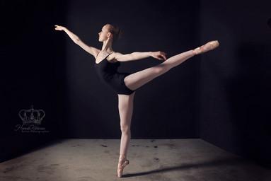 Balet_dancer_en_pointe_arabesque_fine_ar