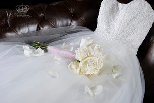 Wedding_bouquette_on_wedding_dress_for_c