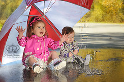 Children_playing_in_rain_outdoors_in_Anchorage_Alaska_park_by_Eagle_River_Alaska_family_photographer