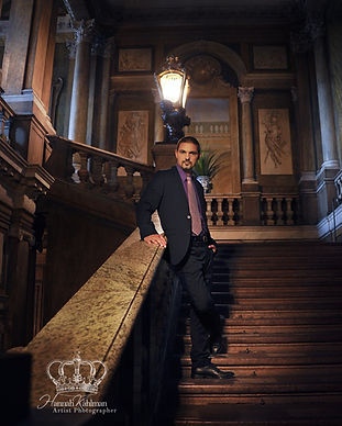Man_in_suit_in_royal_castle_in_Stockholm
