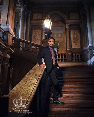 Man_in_suit_in_royal_castle_in_Stockholm