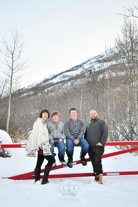 Classic_outdoor_Christmas_family_photo_i