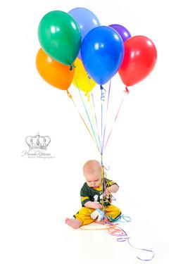 First_birthday_boy_photo_with_balloons_in_studio_by_Anchorage_Alaska_family_photorapher_Hannah_Kåhlm