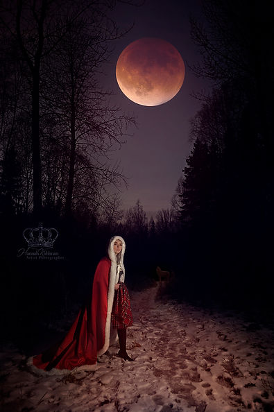 Fantasy_moon_photo_of_red_riding_hood_re