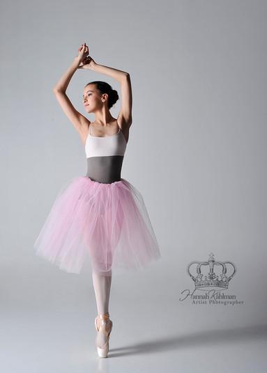 Ballet_dancer_en_pointe_in_studio_by_Anc